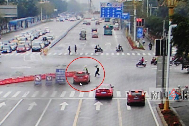 柳州:女司机驾宝马闯禁行 将交通协管员撞飞(图)