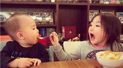 """奥莉喂弟弟喝粥 """"奥利奥""""张大嘴"""