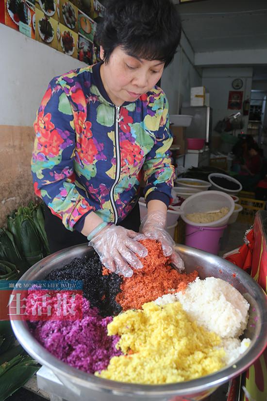 """广西人过""""三月三""""好吃东西多 特色美食挑动人味蕾"""