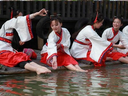 """江苏常州淹城重现上巳节古风 汉服美女""""曲水流觞"""""""