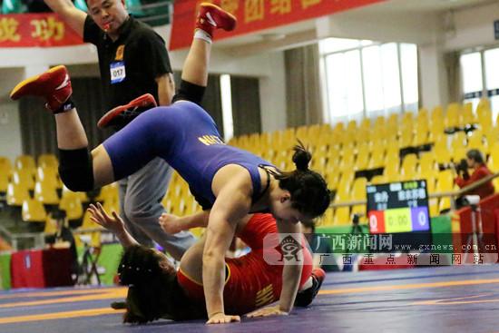广西选手钟雪纯覃柳莹晋级全运会自由式摔跤决赛
