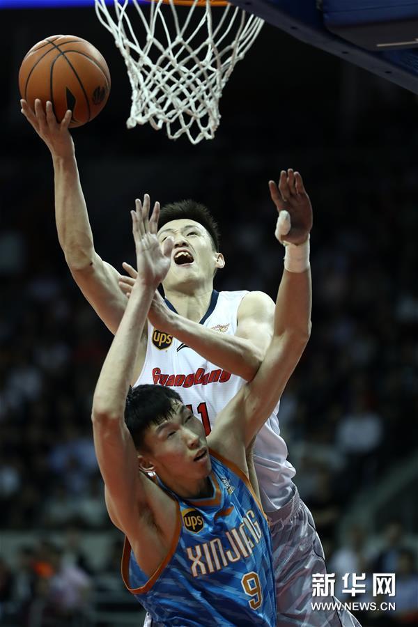 (体育)(12)篮球――CBA总决赛第三场:广东不敌新疆