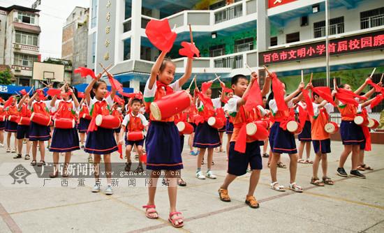 弘扬传统文化 百色千名学子敲响欢快腰鼓(图)