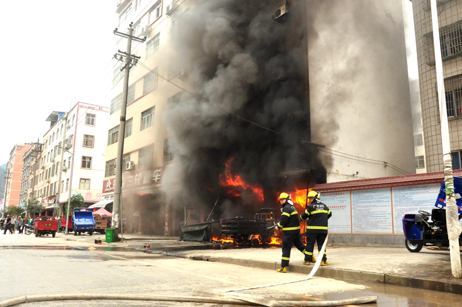 摩托车维修店起火 浓烟冒起近30米高(组图)