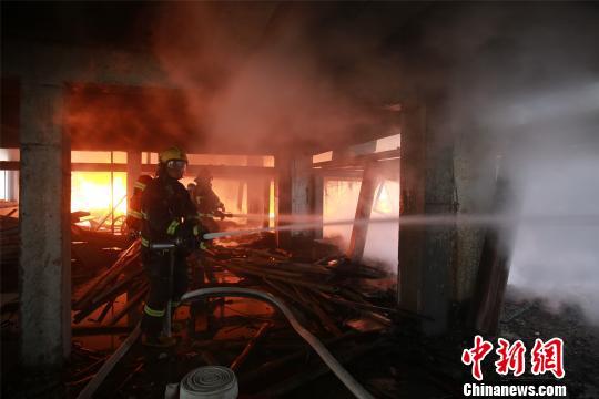浙江鄞州一新建厂房突发大火浓烟腾起几十米高
