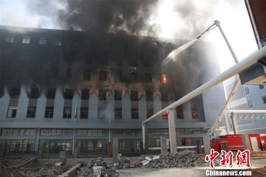 消防举高车喷水堵截火势向上蔓延。 兰云海 摄
