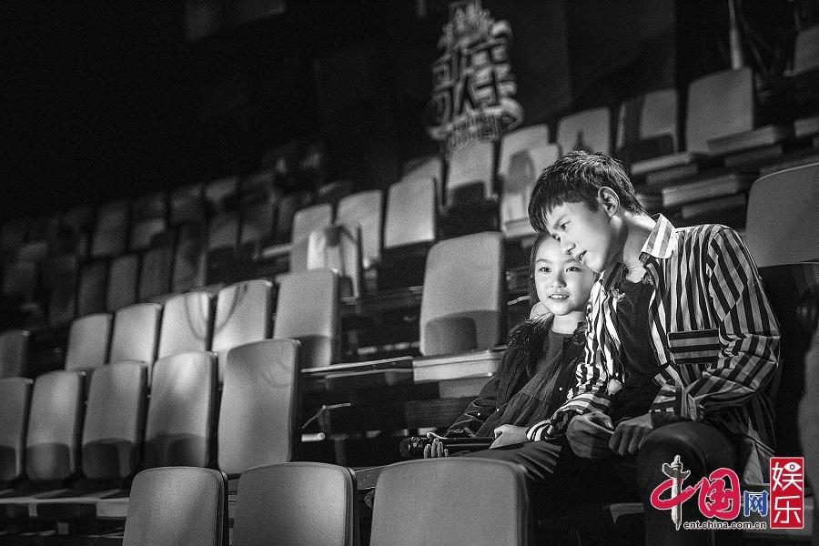 张杰和刘润潼谈演唱感受   搭档天籁童声刘润潼再现英文经典魅力引期待   说起来,刘润潼年纪虽小,但舞台经验已经颇丰。此前她曾登上过《中国新声代》第四季的舞台,以一首《Smile》征服三位导师。而由她演唱过的歌曲《橄榄树》在网络上的点击量也相当惊人。网友们不仅被她空灵的声音所打动,更赞叹她小小年纪就已经有着十分端庄怡人的台风。   而当得知可以和张杰一起登上《歌手》舞台时,刘润潼既兴奋又紧张:真的和做梦一样。我一定好好练习,把这我最好的状态呈现出来。目前,刘润潼已先期抵达北京与张杰一起开始合练。再