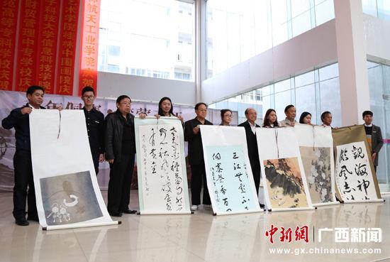 图为广西师范大学获赠书法绘画作品。