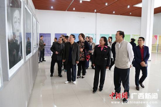 图为与会领导嘉宾参观作品展。