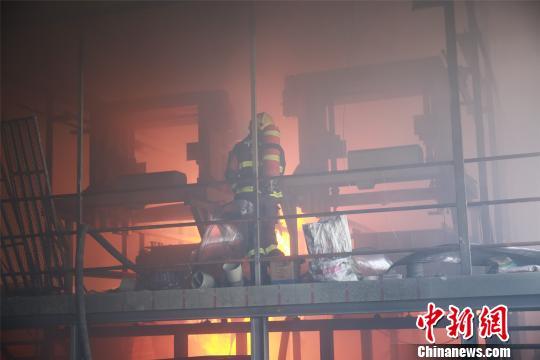 消防员进入火灾现场。 兰云海 摄