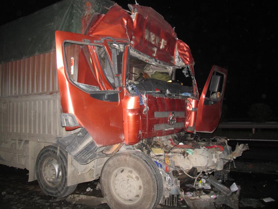 高清:兰海高速两货车追尾致一死一伤
