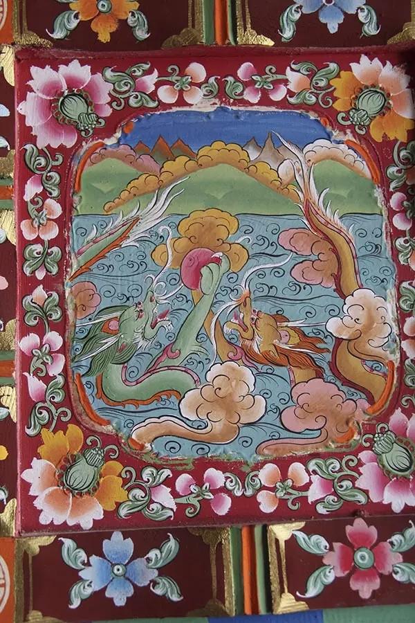 比较常见的花纹有:吉祥八宝,老虎,狮子,龙,鲲鹏.