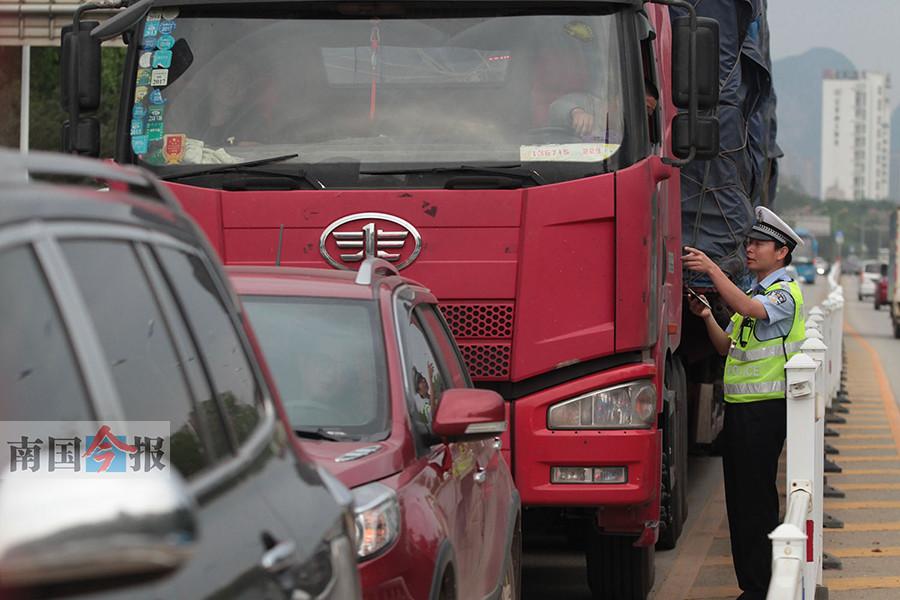 柳州:交警重点整治货车和工程车辆交通违法行为