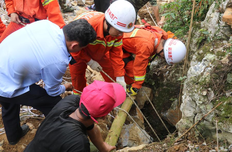 大化男子坠入20米深山洞 消防官兵紧急救援(组图)