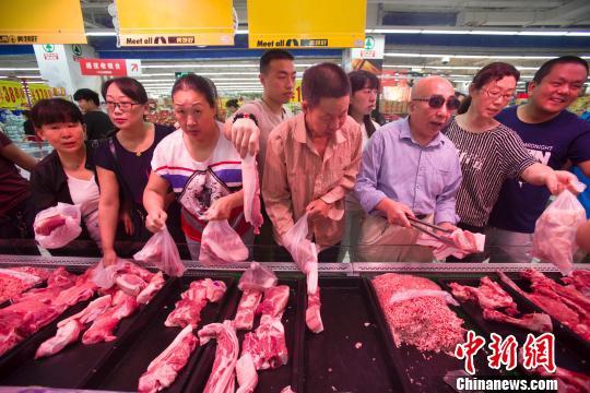 资料图:山西太原民众在超市选购猪肉。张云 摄