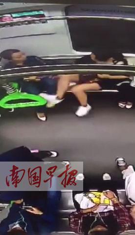 """两女子地铁互施""""无影脚"""" 被网友剪辑成""""街头霸王"""""""
