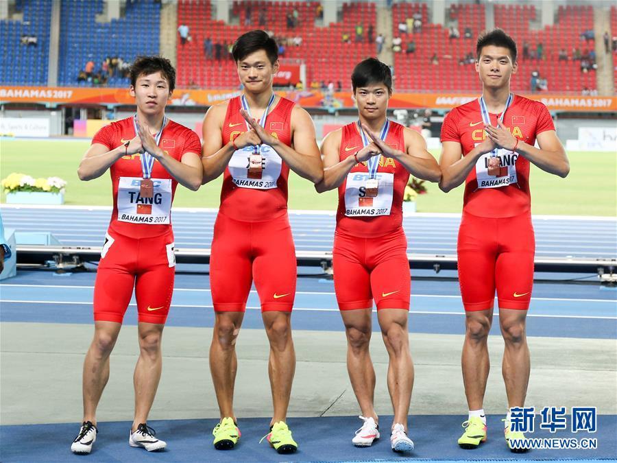 4月22日,中国选手汤星强、谢震业、苏炳添和梁劲生(从左至右)在颁奖仪式上。当日,2017世界田径接力赛在巴哈马首都拿骚举行。在男子4X100米接力决赛中,中国队以39秒22的成绩获得铜牌。 新华社发(田兵摄)