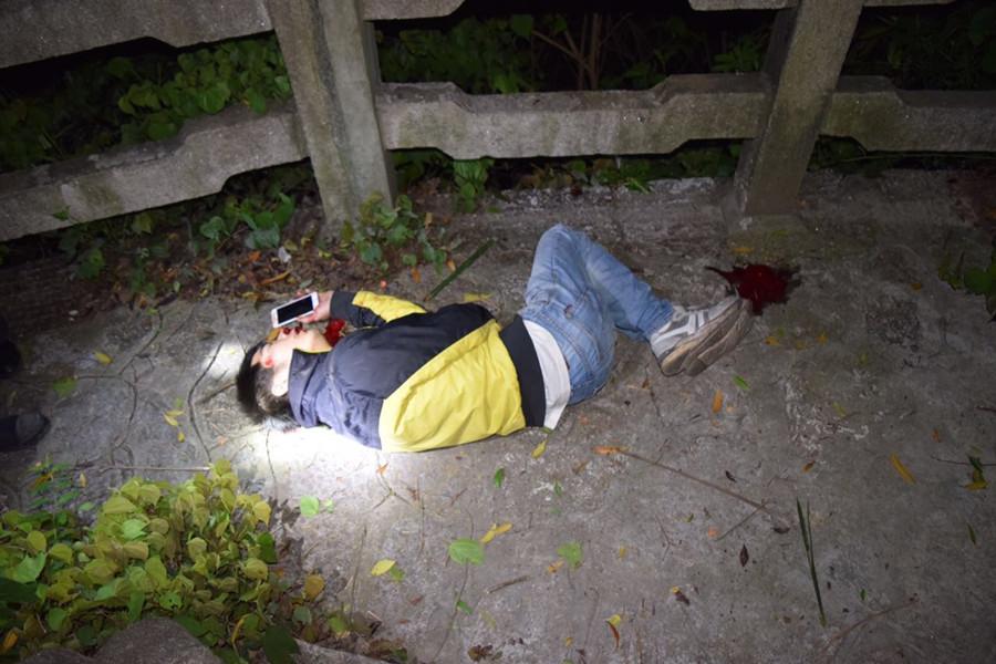 报警电话深夜打来:我摔伤了,快来救救我!(图)