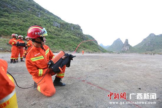 桂林消防官兵进行抛投器训练。蒋英 摄