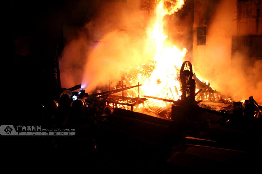 凤山:凌晨木材厂突发大火 消防官兵赶赴现场扑灭