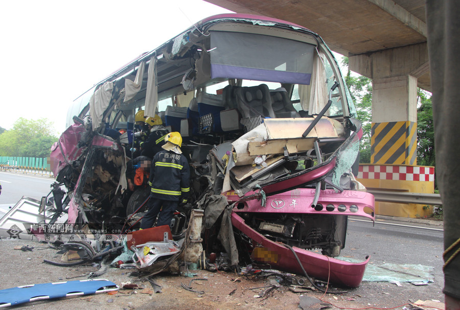 4月26日焦点图:南友高速两车相撞 致2死10伤