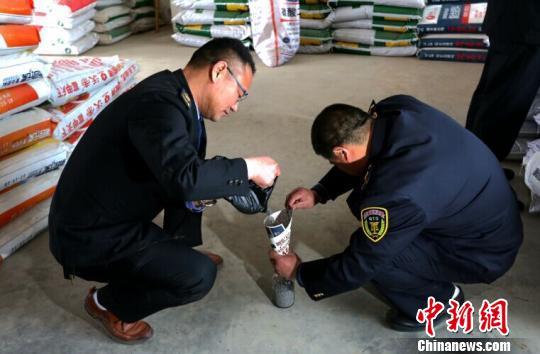 工作人员对农资产品进行抽样检测 吴兰 摄