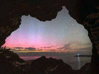 摄影师透过澳大利亚地图形状洞穴捕获南极光