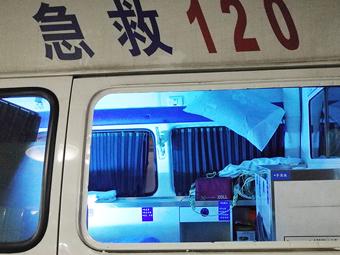 中年男子狂犬病发作 脚手并用砸坏救护车玻璃(图)