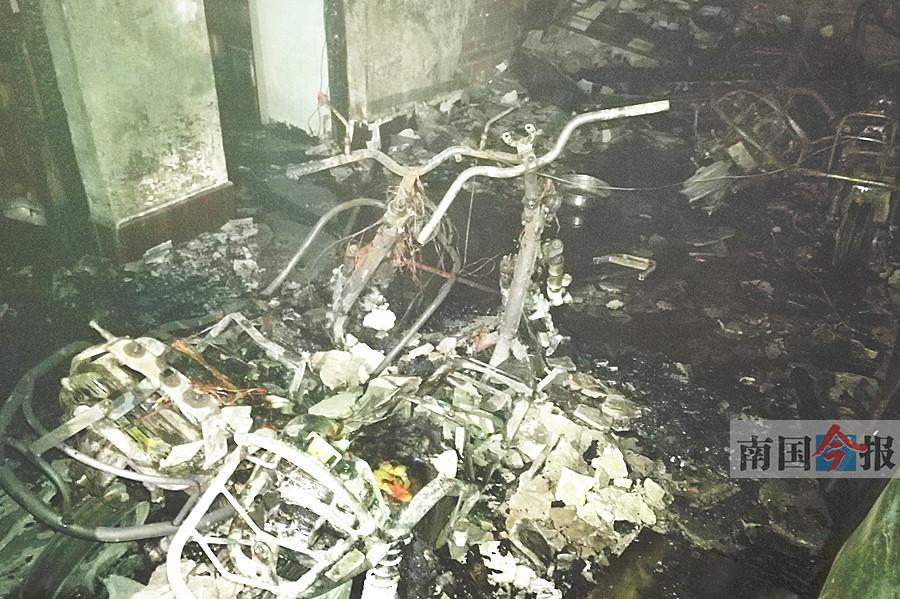 柳州:民房凌晨着火消防车进不去 12人困在6楼天台
