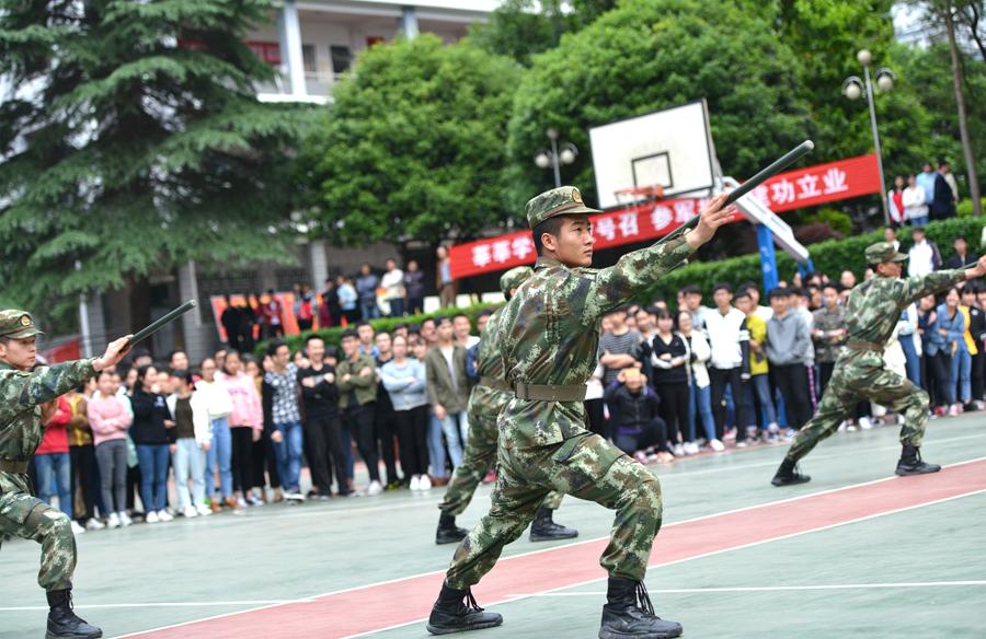 龙胜:征兵宣传进校园 武警官兵现场亮绝活(组图)