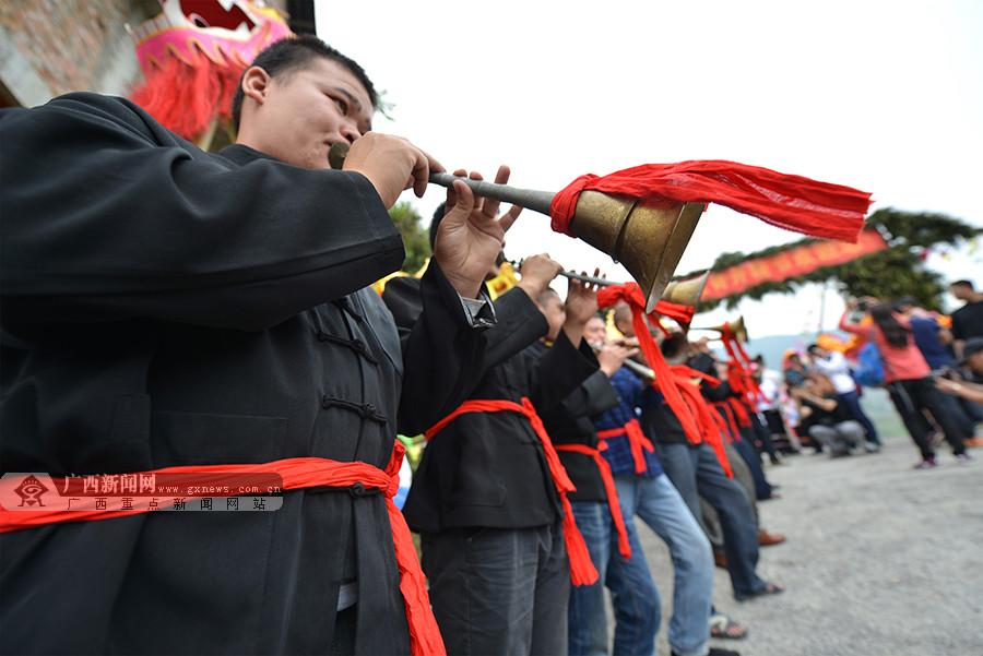 """高清:爬梯田做好汉 龙胜""""开耕节""""吸引中外游客"""