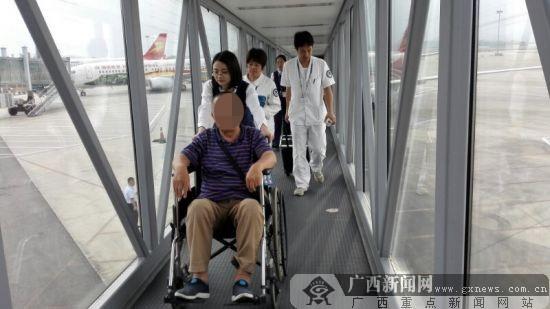 七旬老人乘飞机身体不适 机场医务人员紧急施救