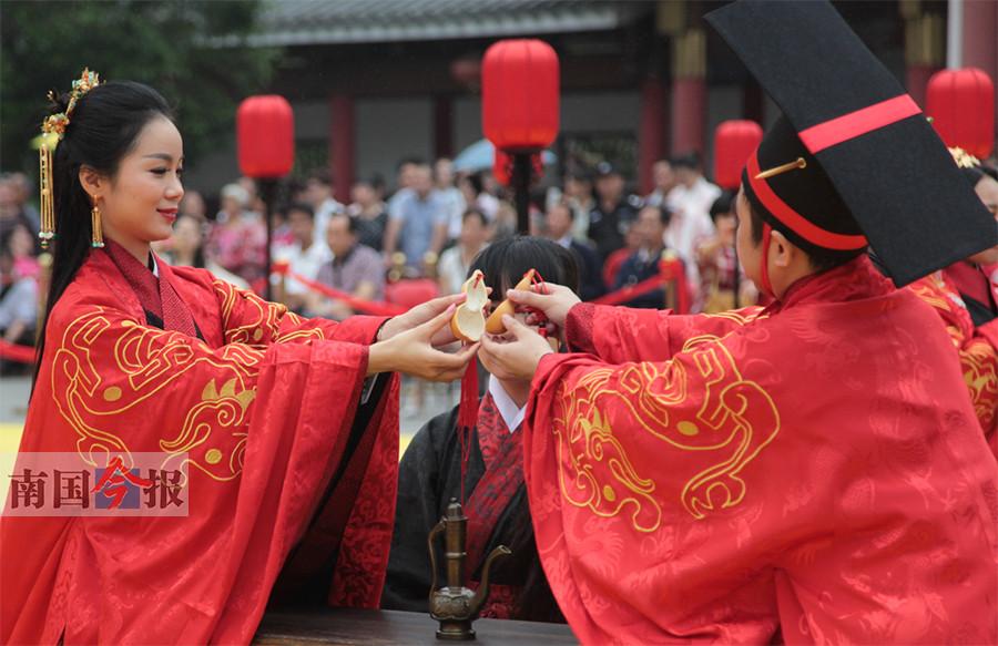 """5月2日焦点图:5对新人文庙举行""""汉婚"""""""