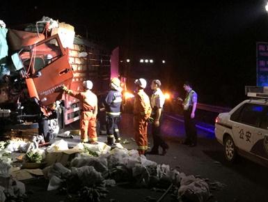 组图:G72泉南高速发生三车追尾事故 致一死一伤