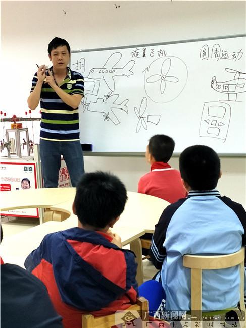 """七彩公益课堂:小创客们用科学原理造出""""私人飞机"""""""