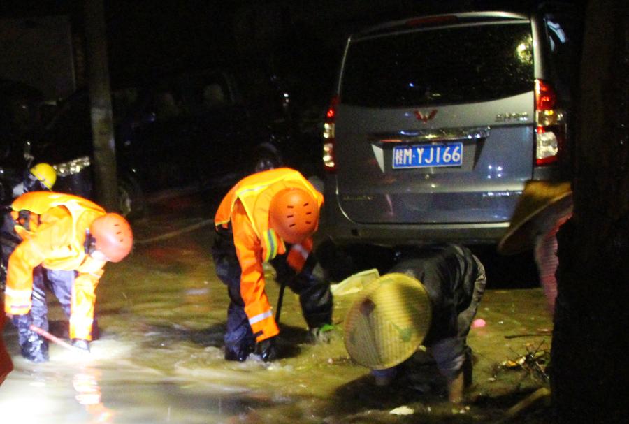 凤山:冰雹雨突降积水最深达70公分 消防出动排险