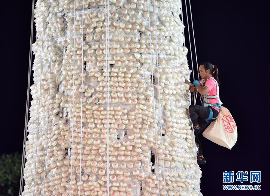 """(体育)(3)全民健身――香港长洲岛举行传统""""抢包山""""比赛"""
