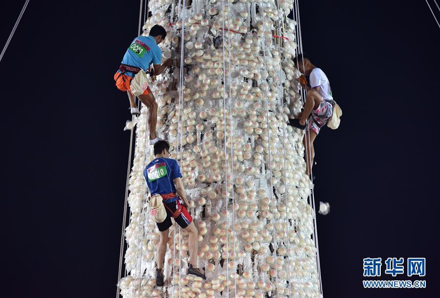 """(体育)(2)全民健身――香港长洲岛举行传统""""抢包山""""比赛"""