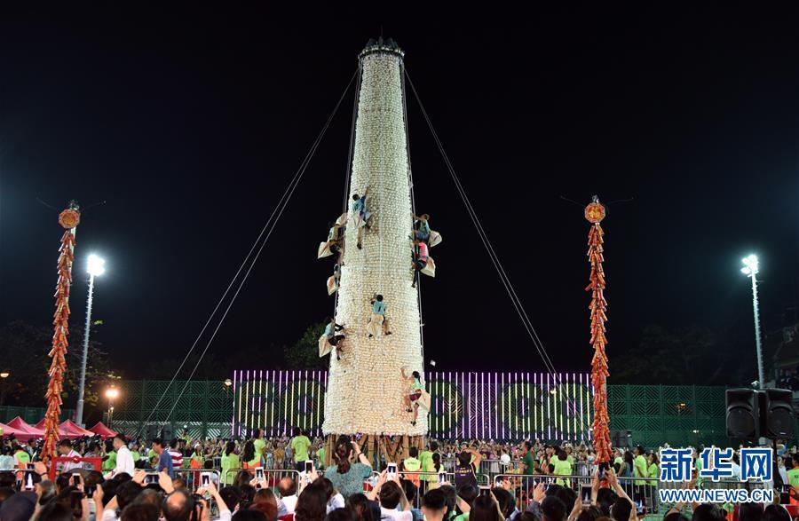 """(体育)(1)全民健身――香港长洲岛举行传统""""抢包山""""比赛"""