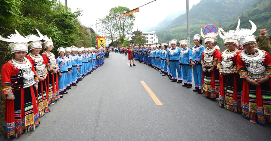 龙胜:群众身着节日盛装上演多彩民俗活动(组图)