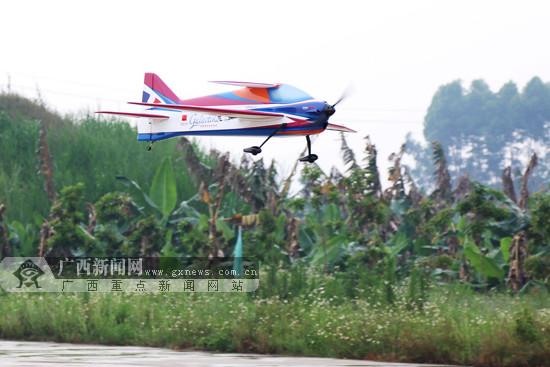 航模飞机完成比赛返回地面.