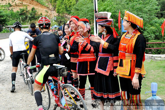 """金秀""""环大瑶山""""自行车挑战赛 600选手瑶乡竞风采"""