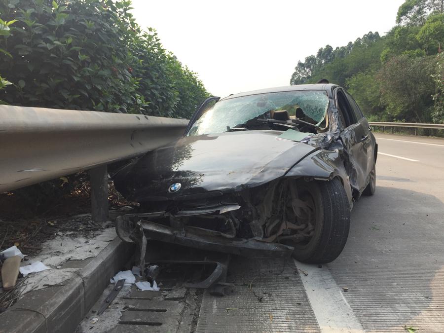 高清:宝马车突然失控撞上高速路护栏受损严重