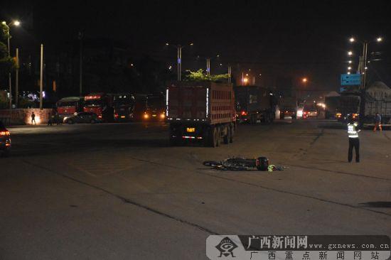 男子夜骑摩托与大货车碰撞险被碾压(图)