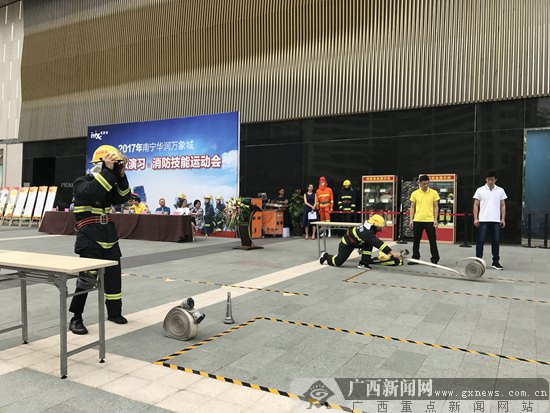 南宁一商场举行消防技能运动会 普及救援知识