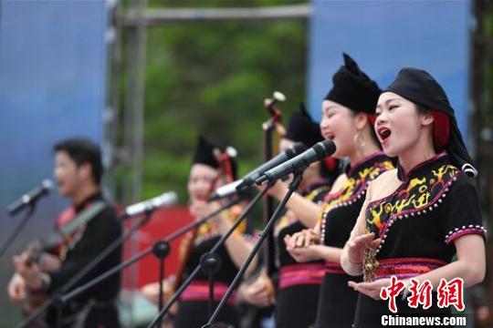 中越民众汇聚广西边城龙州县同歌共舞欢度传统情人节(图)