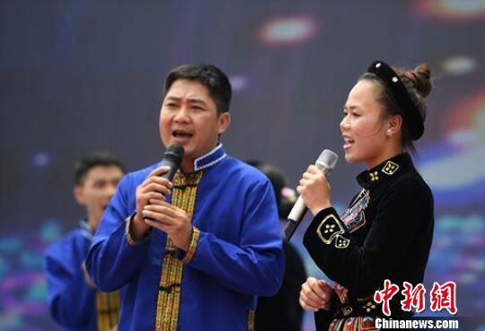 图为开幕式现场越南代表团表演男女对唱节目《嘱托》 胡雁 摄