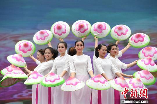 图为越南代表团表演舞蹈《越南新娘》。 胡雁 摄