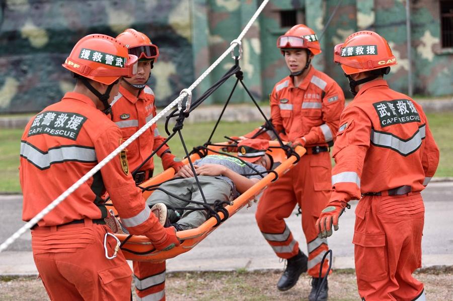 高清:紧急时刻显身手 武警官兵开展救援技能训练