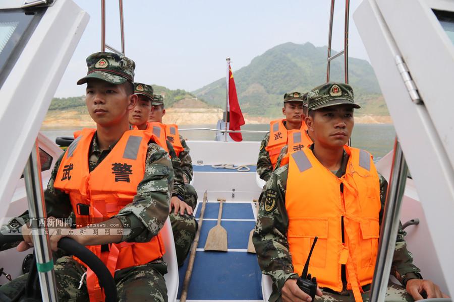 高清:河池武警官兵开展水上救援演练